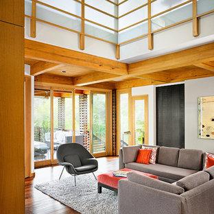 Imagen de sala de estar asiática con suelo de madera oscura