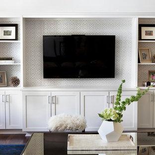 Modern inredning av ett allrum med öppen planlösning, med vita väggar, mörkt trägolv och en inbyggd mediavägg