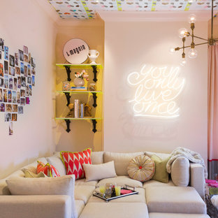 Ejemplo de sala de estar contemporánea con paredes beige
