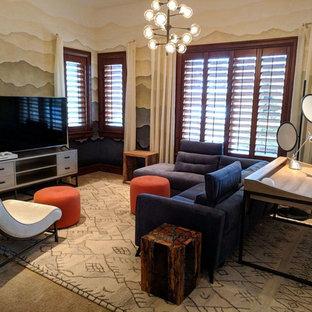 Esempio di un grande soggiorno minimal chiuso con sala giochi, pareti blu, moquette, nessun camino, TV autoportante e pavimento beige