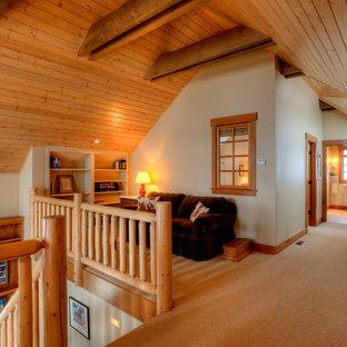 Foto de sala de estar con biblioteca tipo loft, campestre, pequeña, con paredes beige, moqueta y suelo beige