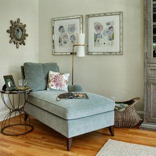 Inspiration pour une salle de séjour traditionnelle de taille moyenne et ouverte avec un mur beige, un sol en bois clair, aucune cheminée et un téléviseur fixé au mur.