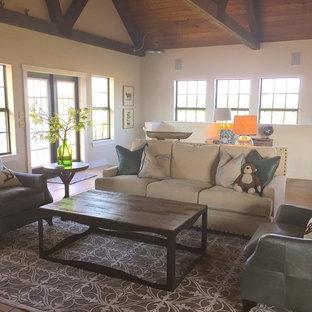 Esempio di un soggiorno country stile loft con pareti beige e pavimento con piastrelle in ceramica