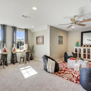 他の地域のトラディショナルスタイルのおしゃれなファミリールーム (グレーの壁、カーペット敷き、暖炉なし、テレビなし) の写真