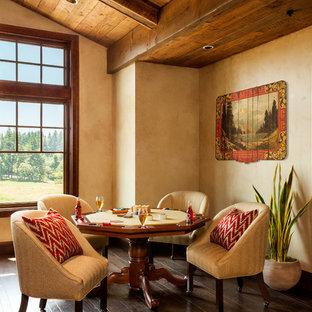 Ispirazione per un ampio soggiorno stile rurale chiuso con sala giochi, pareti beige e parquet scuro