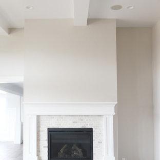 ソルトレイクシティの大きいおしゃれなファミリールーム (ベージュの壁、濃色無垢フローリング、標準型暖炉、タイルの暖炉まわり、茶色い床) の写真