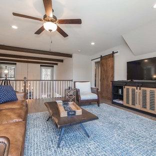 Foto di un grande soggiorno american style stile loft con pareti beige, pavimento in legno massello medio, TV autoportante e pavimento marrone