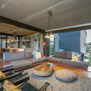 Diseño de sala de estar abierta, campestre, sin chimenea, con suelo de contrachapado