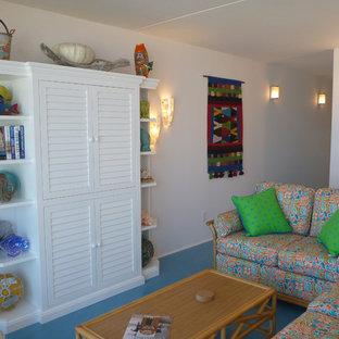 Modelo de sala de estar abierta, costera, pequeña, sin chimenea, con paredes blancas, suelo de linóleo y televisor retractable