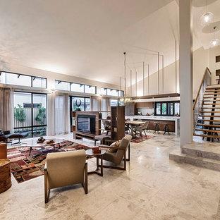 Diseño de sala de estar contemporánea, extra grande, con suelo de travertino, pared multimedia y paredes beige
