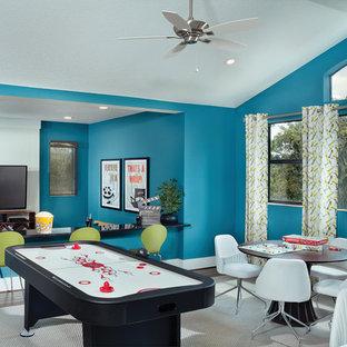 タンパの大きいコンテンポラリースタイルのおしゃれなファミリールーム (ゲームルーム、青い壁、無垢フローリング、暖炉なし、壁掛け型テレビ) の写真