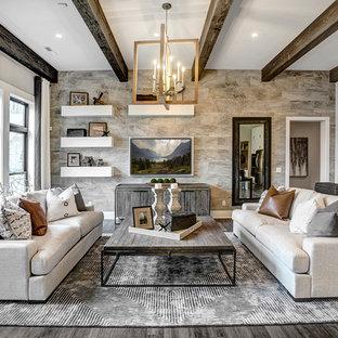 Imagen de sala de estar cerrada, campestre, sin chimenea, con paredes grises, suelo de madera oscura y televisor colgado en la pared