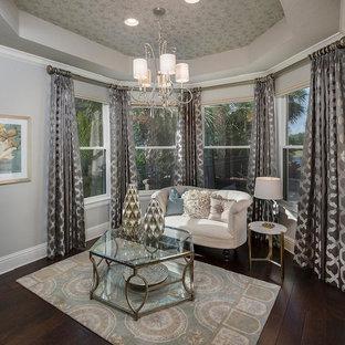 タンパの小さいトラディショナルスタイルのおしゃれなファミリールーム (ベージュの壁、濃色無垢フローリング、暖炉なし、茶色い床) の写真