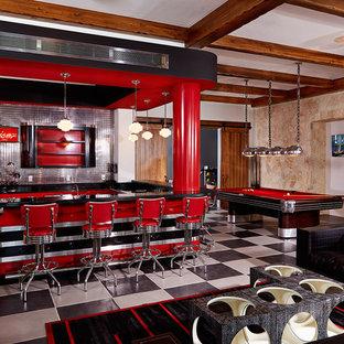 Immagine di un ampio soggiorno bohémian aperto con angolo bar, pareti beige, pavimento multicolore, pavimento in gres porcellanato, nessun camino e TV a parete