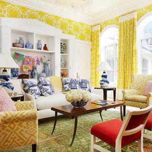 Cette photo montre une salle de séjour avec une bibliothèque ou un coin lecture chic avec un mur jaune, un sol en bois clair et un sol vert.
