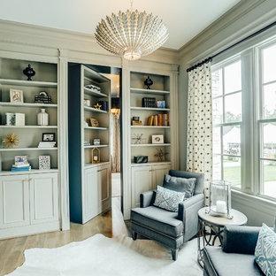 Diseño de sala de estar con biblioteca clásica con suelo de madera clara