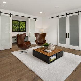 Immagine di un grande soggiorno design aperto con angolo bar, pareti bianche, pavimento in legno massello medio, nessuna TV e pavimento grigio