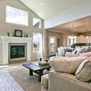 ソルトレイクシティの中サイズのおしゃれなファミリールーム (白い壁、標準型暖炉、タイルの暖炉まわり、カーペット敷き、ベージュの床) の写真