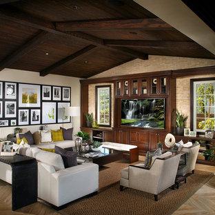 Diseño de sala de estar abierta, mediterránea, extra grande, con paredes beige, pared multimedia y suelo de madera clara