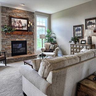 Idee per un grande soggiorno stile americano aperto con moquette, camino classico, cornice del camino in pietra, pareti nere e pavimento beige