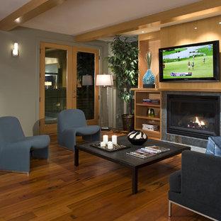 Foto de sala de estar contemporánea con marco de chimenea de baldosas y/o azulejos y suelo naranja