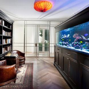 Idée de décoration pour une salle de séjour avec une bibliothèque ou un coin lecture méditerranéenne fermée avec un sol en bois clair, aucune cheminée et aucun téléviseur.