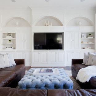 Geräumiges Klassisches Wohnzimmer ohne Kamin mit weißer Wandfarbe, Multimediawand und braunem Holzboden in Los Angeles