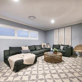 パースのビーチスタイルのおしゃれなファミリールーム (壁掛け型テレビ、グレーの壁、セラミックタイルの床、マルチカラーの床) の写真