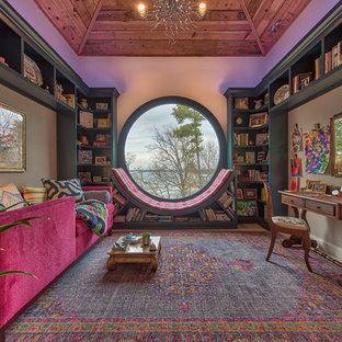 他の地域の中くらいのエクレクティックスタイルのおしゃれなファミリールーム (ライブラリー、青い床、ベージュの壁) の写真