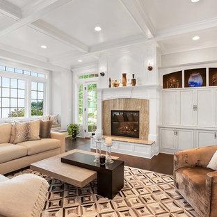 シアトルのトラディショナルスタイルのおしゃれなファミリールーム (白い壁、濃色無垢フローリング、標準型暖炉、内蔵型テレビ、茶色い床) の写真