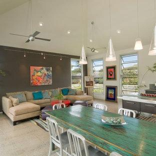 Foto de sala de estar abierta, tropical, con paredes multicolor