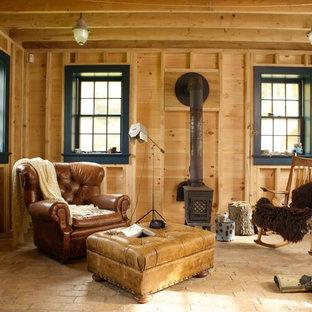 Modelo de sala de estar cerrada, de estilo de casa de campo, pequeña, sin televisor, con chimenea tradicional y suelo de ladrillo