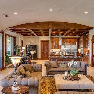 Ispirazione per un grande soggiorno tradizionale aperto con pareti beige, nessun camino, nessuna TV, pavimento beige e pavimento in travertino