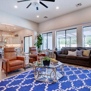 Immagine di un soggiorno classico di medie dimensioni e aperto con pareti beige, pavimento in legno massello medio, nessun camino, parete attrezzata e pavimento beige