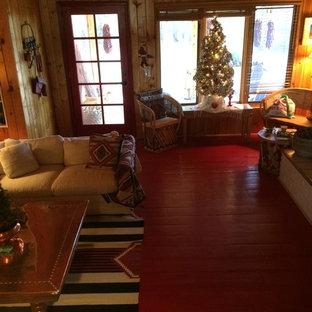 Ispirazione per un grande soggiorno stile americano aperto con pareti marroni, pavimento in legno verniciato, camino classico, nessuna TV e pavimento rosso