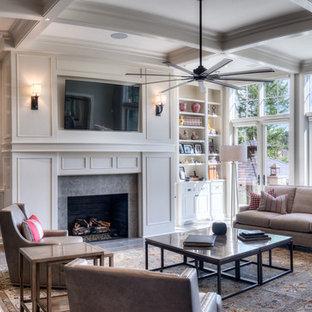 Idee per un ampio soggiorno classico aperto con pareti grigie, pavimento con piastrelle in ceramica, camino classico, cornice del camino in legno e TV a parete