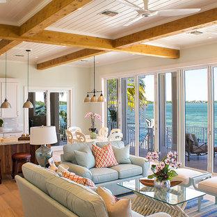 マイアミの大きいビーチスタイルのおしゃれなファミリールーム (ホームバー、緑の壁、淡色無垢フローリング、暖炉なし、テレビなし、ベージュの床) の写真