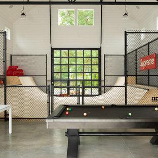 Country Hobbyraum mit weißer Wandfarbe, Betonboden, grauem Boden, gewölbter Decke und Holzdielenwänden in Boise