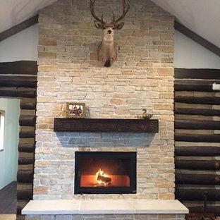 グランドラピッズの中くらいのコンテンポラリースタイルのおしゃれなファミリールーム (標準型暖炉、レンガの暖炉まわり) の写真