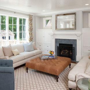 Modelo de sala de estar clásica con paredes grises, chimenea tradicional y marco de chimenea de piedra