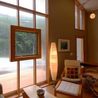 Imagen de sala de estar tipo loft, actual, pequeña, con suelo de madera clara