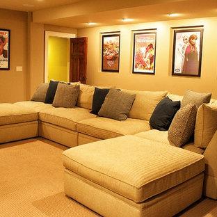 トランジショナルスタイルのおしゃれなファミリールーム (青い壁、壁掛け型テレビ) の写真