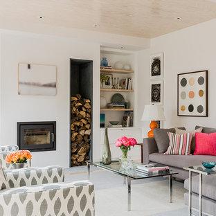 Imagen de sala de estar abierta, nórdica, de tamaño medio, con paredes blancas, televisor colgado en la pared, marco de chimenea de yeso y chimenea lineal