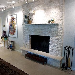 サンフランシスコの中サイズのトラディショナルスタイルのおしゃれなファミリールーム (グレーの壁、セラミックタイルの床、標準型暖炉、タイルの暖炉まわり、テレビなし、茶色い床) の写真