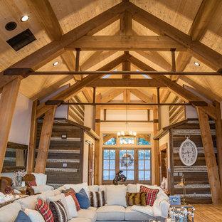 Immagine di un grande soggiorno rustico aperto con pareti marroni, pavimento in sughero, nessun camino, TV a parete e pavimento marrone