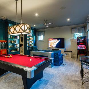 Foto di un soggiorno contemporaneo chiuso con pareti beige, moquette, sala giochi, TV autoportante e pavimento grigio