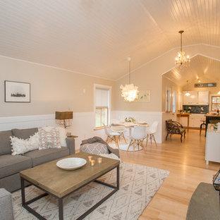 Kleines, Offenes Skandinavisches Wohnzimmer mit beiger Wandfarbe und verstecktem TV in Burlington