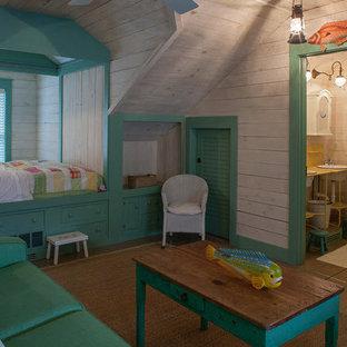 Esempio di un piccolo soggiorno moderno stile loft con pareti beige e pavimento in legno massello medio