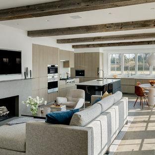 ニューヨークのコンテンポラリースタイルのおしゃれなオープンリビング (白い壁、淡色無垢フローリング、横長型暖炉、コンクリートの暖炉まわり、壁掛け型テレビ、ベージュの床) の写真