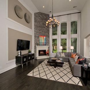 ヒューストンの広いコンテンポラリースタイルのおしゃれなオープンリビング (白い壁、濃色無垢フローリング、コーナー設置型暖炉、タイルの暖炉まわり、壁掛け型テレビ) の写真
